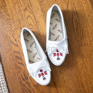 Minnetonka White Beaded Eagle Soft-sole Moccasin